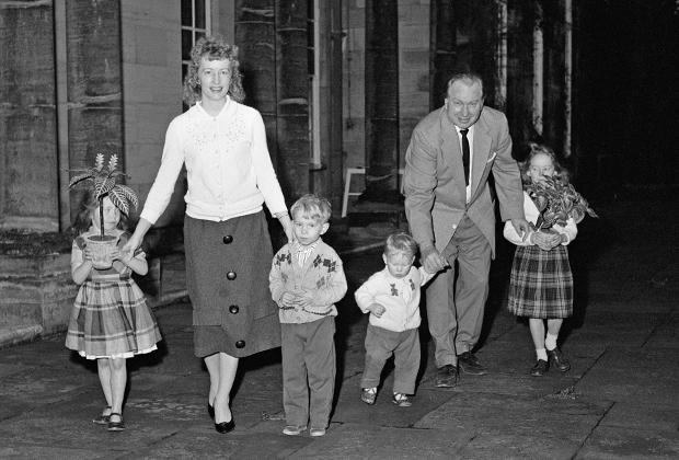 Л. Рон Хаббард, его жена Мэри Сью и четверо их детей в семейном поместье в Сассексе.