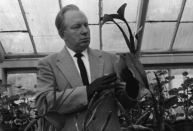 Хаббард в зимнем саду в своем поместье в Сассексе. Рон разводил орхидеи в рамках развития своей теории о том, что растения испытывают те же чувства и эмоции, что и люди.