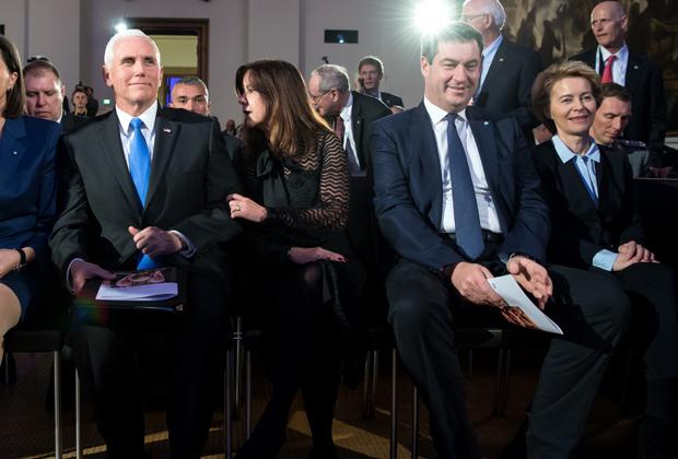 Майк Пенс (крайний слева) и министр обороны Германии Урсула фон дер Ляйен (крайняя справа)
