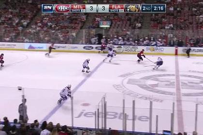 Игрок НХЛ на скорости просунул клюшку между ног и забросил шайбу