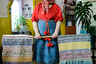 Зинаида работает в Доме культуры в Ошевенске, живет в соседнем селе, до которого час езды.   Зинаида родилась в Лёкшмоозере. «Там горушки крутые, земледелием не занимались, собирали ягоды, грибы. Там в основном рыба, везли соленую, копченую рыбу в Ошевенск, а в Ошевенске хлеб рОстили, были зажиточные и меняли рыбу на хлеб. Жемчуг ловили речной».  Муж работал в совхозе, она на почте. Совхоз закрыли, и «все покатилось по наклонной». С 2004 года она собирает старину. В 2006 году дали грант на обустройство небольшого местного Дома культуры. Сейчас это небольшой музей, в котором огромное количество утвари, одежды, посуды, станков, Татьяна принимает туристов, готовит им еду.  Ткать она училась около двух лет: «Когда садишься за станок— обо всем забываешь».