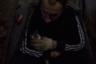 Воспитанник гладит котенка на ферме. Одни из главных целей реабилитации — понимание, что помимо желаний воспитанника, есть еще и желания других, а еще борьба с эгоизмом и удовлетворением лишь собственных желаний, которые провоцируют зависимость.