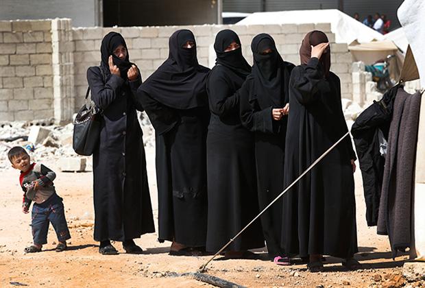 Даже здесь многие женщины сохраняют верность убеждениям своих мужей: известно, что палатку, жильцы которой критиковали ИГ, подожгли, а их подвергли гонениям как «неверных».