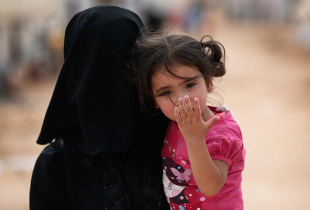 Женщина с ребенком в лагере беженцев
