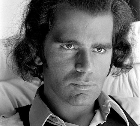 Любовь к темным очкам, которые стали неотъемлемой частью чуть агрессивного имиджа модельера в зрелые годы и в старости, началась у него еще в 1960-е. Однако среди архивных фото молодого Лагерфельда есть трогательные, почти домашние снимки без очков.
