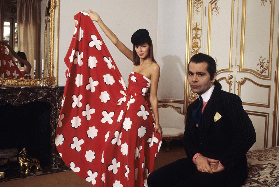 Когда Карл Лагерфельд был арт-директором дома Chloé, в его коллекциях появлялись струящиеся силуэты, яркие цвета, броские принты — все, что стало потом хрестоматийными символами стиля 1970-х.