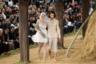 Дом Chanel не выпускал мужскую одежду, но для своего показа в пасторальной стилистике XVIII столетия среди стогов сена Лагерфельд пригласил на подиум и мужчин-моделей.