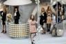 Для показа сезона осень-зима 2008-2009 в декорации превратили знаковые вещи дома Chanel: жакет из букле и массивную бижутерию из искусственного жемчуга.