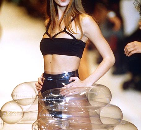 На показах Chanel в нарядах от Лагерфельда дефилировали лучшие из лучших: супермодели 1980-х во главе с Синди Кроуфорд и Наоми Кэмпбелл и лицо 1990-х — Кейт Мосс.
