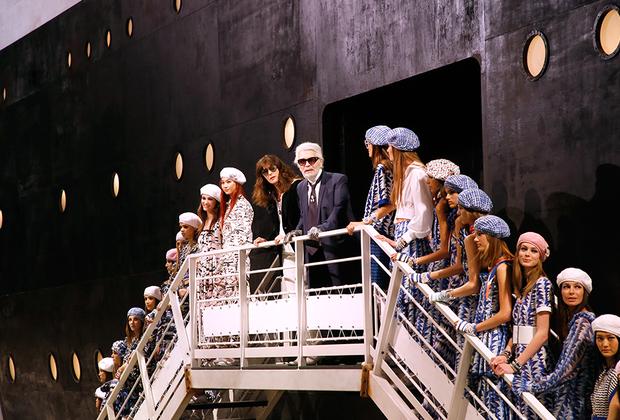 На поклон после своих последних показов Лагерфельд выходил вместе с директором креативной студии Chanel Вирджини Виар. Круизная коллекция 2018/2019 напоминала о «Титанике».