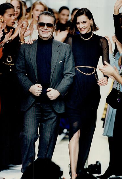 Начиная с 1983 года, Лагерфельд неизменно выходил на поклон на всех показах Chanel. Нередко — под руку с моделью, которая была его фавориткой на тот момент.