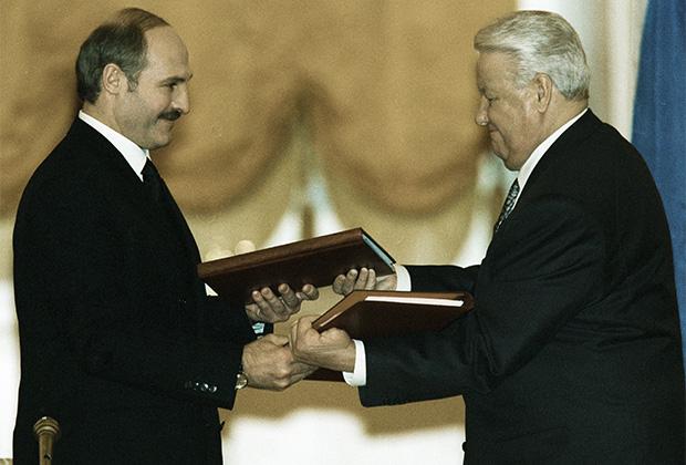 Президент России Борис Ельцин (справа) и президент Белоруссии Александр Лукашенко (слева) после подписания договора о создании Союзного государства. Декабрь 1999 года