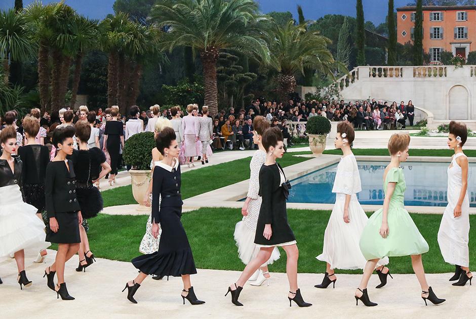 На поклон в финале своего последнего прижизненного показа Лагерфельд уже не вышел: гостей приветствовала только Вирджини Виар, которую назвали преемницей модельера на посту креативного директора дома Chanel.