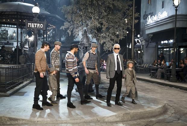 Под показ Chanel Metiers d'Art 2015/16 сняли павильон римской киностудии Cinecitta. Вместе с моделями по подиуму прошли мужчины и дети, одетые в стиле середины XX века.