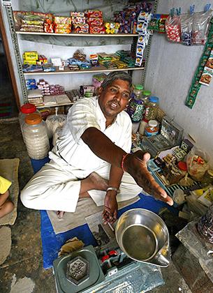 Заключенный Аржун Шарма готовится к началу рабочего дня в собственном магазине