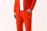 Спортивный костюм в ретро-стиле 1970-х оценят и представители старшего поколения, носившие похожие в молодости, и современные молодые люди, которым нравятся аллюзии на винтаж.