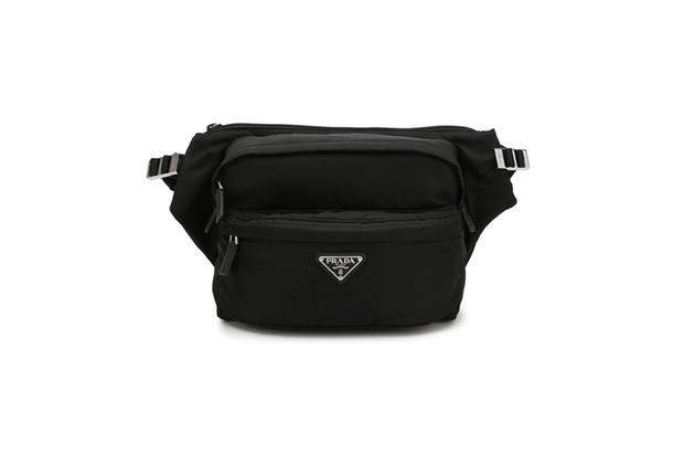 Знаковый стиль 1990-х от Prada вернулся в моду. Нейлоновые мужские сумки с отделкой из натуральной кожи, прочные и вместительные, снова стали объектом желания.