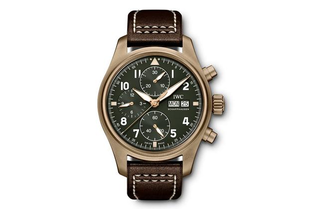 Новый хронограф в 41-миллиметровом бронзовом корпусе создан по мотивам часов для летчиков легендарных «Спитфайров» середины прошлого века и оснащен автоматическим механизмом калибра 69380.