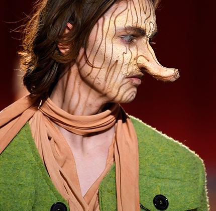 Мальчик с длинным носом по имени Пиноккио — персонаж итальянский, но на подиуме в этом году мы увидели длинноносую модель именно в Лондоне. Только вот нос и грим отвлекли все внимание от одежды.