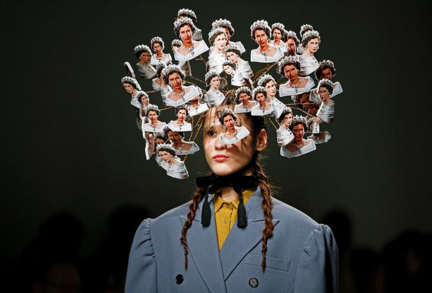 Если вдруг за постоянными обсуждениями Кейт Миддлтон и Меган Маркл вы забыли, что в Англии есть королева, то бренд pushBUTTON решил напомнить —голову модели украшало нечто, состоящее из десятков изображений молодой Елизаветы II.