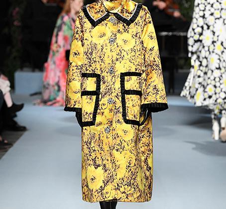 Пальто в стиле традиционного костюма китайского императора, платок на голову в стиле русской бабушки и закрытое лицо в стиле мусульманской религиозной одежды. Настоящее торжество культурной апроприации.