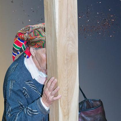 «Наши бабушки и мы разделены не двумя поколениями, а пропастью. Они не всегда знают, что такое интернет и какова ценность информации в современном мире. Они живут со своими послевоенными ценностями, хранят свои сбережения на черный день в шарфе и покупают продукты на будущее», — объясняет Субач.