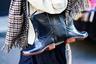 Вечные дожди заставляют жителей Британских островов хранить в гардеробе много одежды для плохой погоды. Когда ее становится слишком много, приходится креативить. Например, из пары резиновых сапог, как оказалось, получается прекрасная дамская сумочка.
