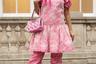 Если бы эта девушка была японкой, ее стиль назывался бы ама рори — сладкая Лолита. В Европе же на ум сразу приходит песня La vie en rose Эдит Пиаф.