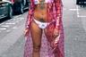 Протест феминистки, желание показать красивые татуировки, реклама белья или банальные поиски мужа —мы не знаем, что именно заставило гостью недели моды прийти на нее в неглиже, но горячо одобряем.