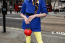 Узкие брюки, красные туфли на каблуке, оригинальный клатч, стильная шляпка, элегантный шарф и полупальто с широким поясом —идеальный женский стиль пойдет даже мужчине. Цветовая гамма особенно понравится украинским патриотам.