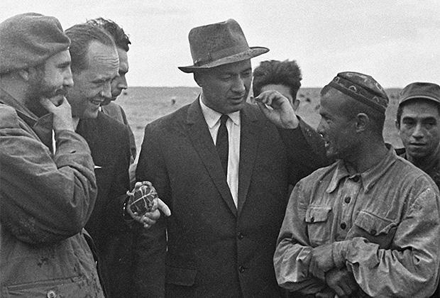 9 мая 1963 года. Визит в СССР лидера кубинской революции, первого секретаря ЦК Коммунистической партии Кубы Фиделя Кастро. В ходе визита Фидель Кастро посетил Узбекскую ССР. Фидель Кастро (слева) и первый секретарь ЦК Компартии Узбекистана Шараф Рашидов (2-й справа) беседуют с чабаном колхоза имени Свердлова Муминовым.