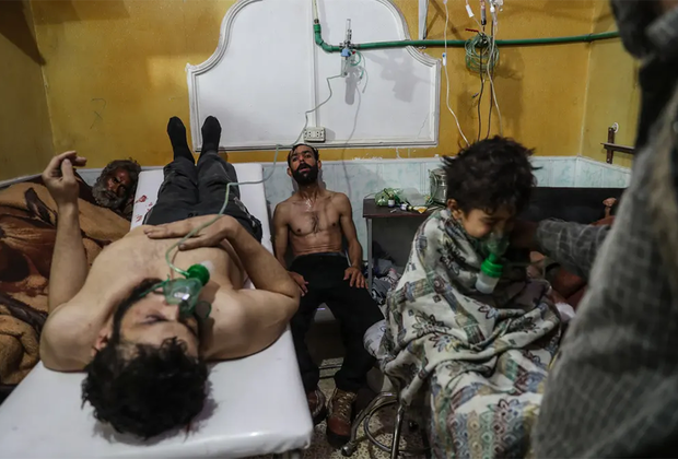 Жертвы предполагаемой газовой атаки в Восточной Гуте получают медицинскую помощь. Врачи помогают мужчине и ребенку после предполагаемой атаки 25 февраля 2018 года в городе Аль-Шифуние. Снимок также претендует на статус «Фото года».