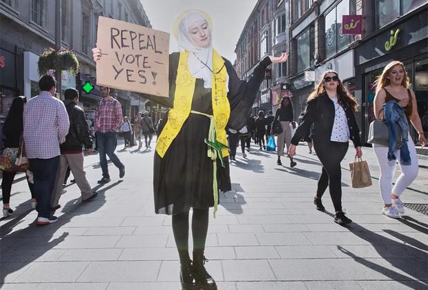 Ирландская активистка Меган Скотт борется за отмену законов против абортов в костюме покровительницы Ирландии — святой Бригитты. Начиная с 1983 года в ирландской конституции был закреплен запрет на аборты. Прерывать беременность не разрешалось, даже если она произошла в результате изнасилования или инцеста. В 2018 году Ирландия подавляющим большинством голосов проголосовала за отмену этого положения конституции. Номинант в категории «Современные проблемы».
