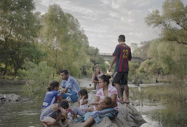 «Караван мигрантов» — это сообщество беженцев, которые объединяются, чтобы вместе достичь желанного места назначения — Соединенных Штатов Америки. Жители Гондураса, координируясь в соцсетях, двинулись по направлению к США, привлекая по дороге людей из Никарагуа, Сальвадора и Гватемалы. Это граждане, которые на родине столкнулись с политическими репрессиями и насилием, и просто те, кто бежал от суровых экономических условий в надежде на лучшую жизнь. «Караван мигрантов» претендует на победу в номинации «История года».