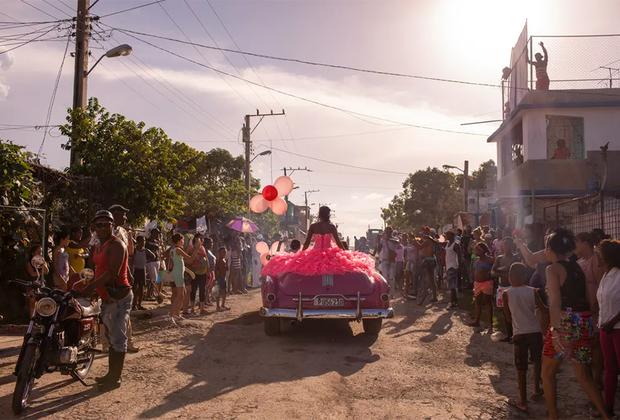Работа россиянки Дианы Маркосян «Кубанита» номинирована на победу в категории «Проблемы современности». Это не просто снимок, на нем запечатлена целая история. 15-летняя девушка по имени Пура рассекает по одному из районов Гаваны в розовом платье на розовом кабриолете. Жители района готовятся праздновать ее день рождения. Дело в том, что 15 лет в латинской культуре — особый возраст. Он символизирует превращение девочки в женщину и указывает на ее готовность вступить в брак. После ритуала окружающих ждет пышное празднование. Для Пуры этот день особенный еще и потому, что несколько лет назад у нее обнаружили опухоль, заверив, что она не доживет и до 13 лет.