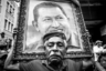 «Состояние распада» — так фотограф Алехандро Чегарра, документирующий жизнь в Венесуэле, охарактеризовал ее нынешнее положение. При Уго Чавесе страна пережила небывалый экономический подъем в истории. При его преемнике Николасе Мадуро государство находится в небывалом упадке. Гиперинфляция усугубилась санкциями со стороны США. Из-за растущей нехватки продовольствия, лекарств и предметов первой необходимости обострилась политическая напряженность, которая вылилась в уличные протесты. Фотограф наблюдает за тем, как меняется Венесуэла после смерти Чавеса в 2013 году. Его работа номинирована в категории «Долгосрочные проекты».