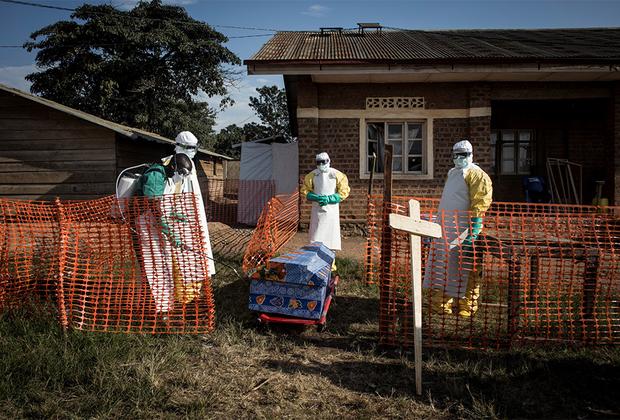 Медработник ожидает нового пациента в недавно отстроенном центре лечения Эболы в Демократической Республике Конго.  <br> <br> Город Бени на северо-востоке республики на протяжении 25 лет страдает от местных конфликтов. По разным оценкам, в регионе действует более ста вооруженных групп. В 2018 году к бедам Бени прибавилась еще и вспышка Эболы, которую врачи признали второй по величине в мире.