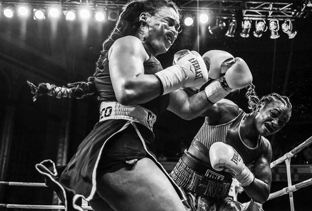 Олимпийская чемпионка Кларесса Шилдс (справа) встречается с Ханной Габриэльс в боксерском поединке в Масонском храме в Детройте, штат Мичиган. Шилдс пострадала от Габриэльс во втором раунде поединка (первого в ее карьере), но единогласным решением выиграла матч. Она была первой американской женщиной, которая выиграла олимпийскую золотую медаль в боксе, а затем стала первой и на следующей Олимпиаде. Она потерпела лишь одно поражение в карьере: в 2012 году проиграла Саванне Маршал.