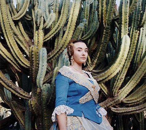 Платья участниц фестиваля Фальяс в Валенсии вдохновлены одеждой, которую испанские женщины веками надевали для работы на рисовых полях. Сейчас они представляют собой изысканные творения, а их стоимость может превышать тысячу евро. Номинант в категориях «Портреты».