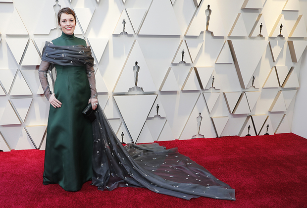 Оливия Колман, энергичная брюнетка с короткой стрижкой, оттенила свое обаяние темно-зеленым платьем Prada и именно в нем получила свою награду за лучшую женскую роль (фильм «Фаворитка»). Выбор наряда не случаен. Критики назвали «Фаворитку» апогеем феминизма, а Миучча Прада считается одной из самых феминистичных модельеров современности, всегда делавшей одежду для женщин ради самих женщин, а не для мужского внимания. Оливия дополнила наряд украшениями Chopard. Вручала Колман награду еще одна голливудская феминистка — Фрэнсис Макдорманд, лауреатка прошлого года за фильм «Три билборда на границе Эббинга, Миссури».