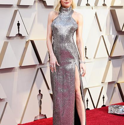 Бри Ларсон, лауреатка «Оскара» 2016 года, вышла на красную дорожку в серебристом платье Celine с американской проймой и разрезом почти до талии.