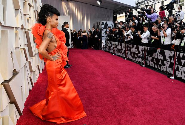 Ханна Бичлер, постановщица фильма «Черная Пантера», стала первой афроамериканкой, получившей «Оскар» в номинации «Лучшая работа художника-постановщика». А также одной из самых ярких участниц церемонии-2019.