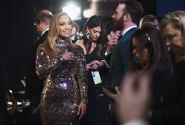 Певица и актриса Дженнифер Лопес выбрала для красной дорожки «Оскара»-2019 расшитое зеркальцами платье Tom Ford и неброский макияж в стиле «офисная стерва». Сопровождал звезду ее возлюбленный Алекс Родригес, который по такому случаю облачился в белый смокинг.