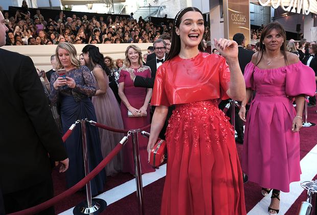 Рэчел Вайс, еще одна звезда «Фаворитки», появилась на церемонии в огненно-красном наряде Givenchy Couture: классический покрой с закрытыми плечами не кажется скучным благодаря виниловому верху платья.