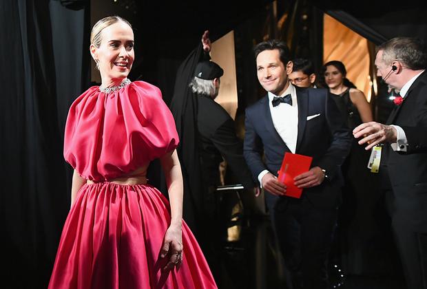 Сара Полсон, как и многие другие гостьи церемонии, появилась на «Оскаре» в платье розового цвета: наряде оттенка фуксии от Brandon Maxwell.