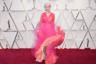 Розовый, кстати, выбрала и великая актриса леди Хелен Миррен. Ее классическое платье Schiaparelli с V-образным вырезом, рукавами 3/4 и юбкой в пол из драпированного розового тюля дополняло бриллиантовое колье.