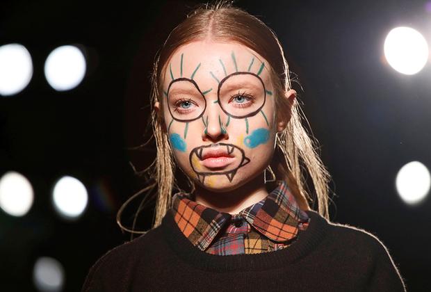 Александра Моура придумала для своих моделей макияж в духе советской песенки «Пусть всегда будет солнце». А два солнца лучше, чем одно.