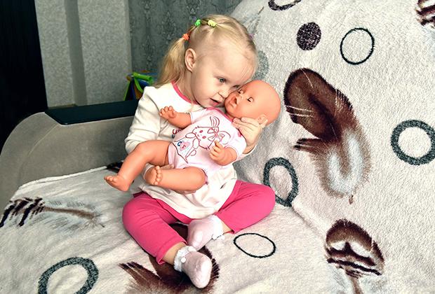Она такой же ребенок, как и все, она обожает своих кукол и хочет жить