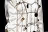 Слезть с иглы мужского одобрения, но заковать себя в модные цепи. Со времени ухода Консуэло Кастильони из основанного ею бренда Marni марка все больше уходит из креативного минимализма и приближается к экстравагантному китчу.