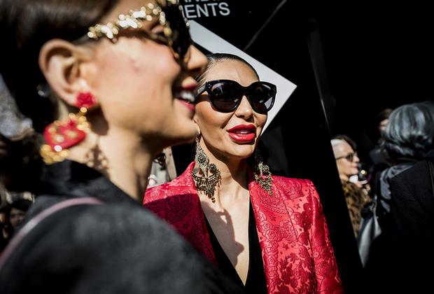Красные, вздутые от филлеров губы под цвет жаккардового жакета, массивные серьги-шандельеры с позолотой и пластиком, темные очки на пол-лица — таковы они, верные поклонницы Dolce & Gabbana, хранящие дуэту верность еще с «жирных» нулевых.